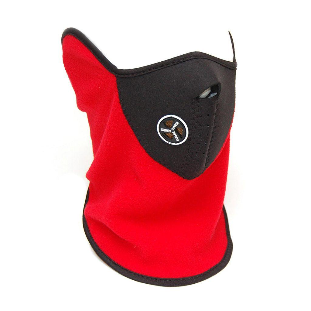 Máscara de equí fabricada en neopreno color negro y cuello de forro polar en color rojo. Cubre mitad de la cara, cuello, orejas y nariz. Medidas aprox: 55 x 26 cm. Con cierre de velcro. No incluye impresión. Presentada en bolsa individual.