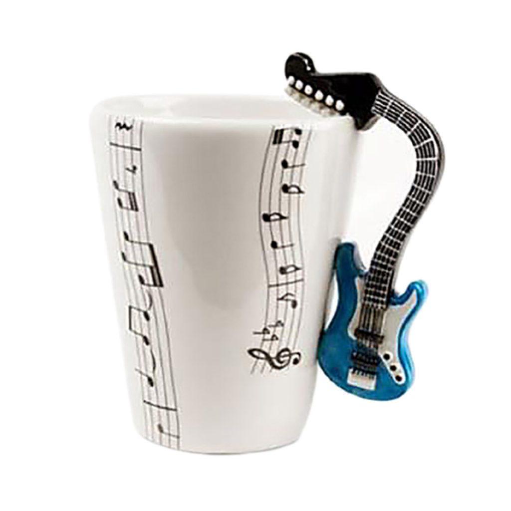 Taza de cerámica con asa en forrma de guitarra. Medidas 7,5 cm diámetro x 10 cm alto aprox. Capacidad: 250 ml