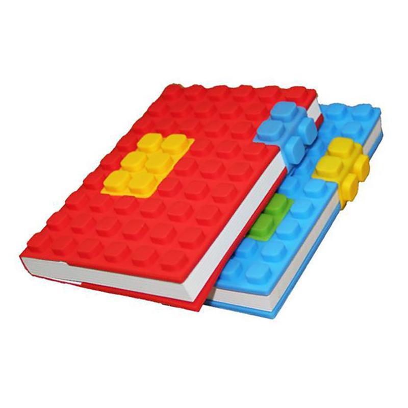 Block de notas tamaño A6 (15x10x2,6 cm). Compuesto por 100 hojas; 200 páginas interiores de 80 g/m2. Cubierta de silicona con diseño lego. Incluye dos piezas de silicona. No incluye personalización. Presentado en bolsa individual.