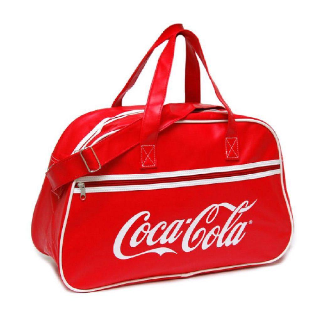Bolsa de deporte Vintage. Medidas 46 x 17 x 29 cm. Material PU. 5000 en color rojo, 3750 en color naranja, 2500 en color blanco y 4250 en color negro. Personalizada con logo a un color en una posicion. Presentada en polybag individual.